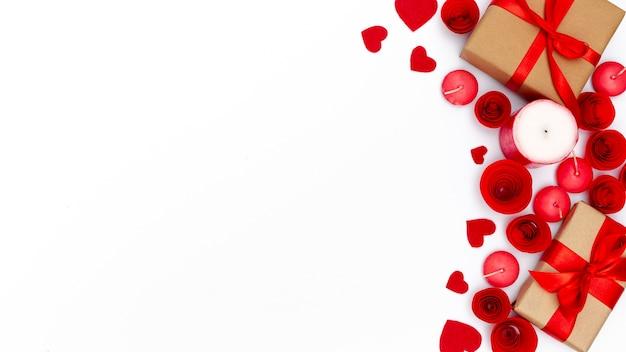 Regali di san valentino con candele e copia spazio