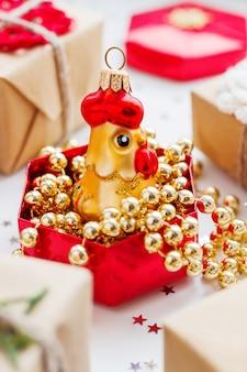 Regali e decorazioni natalizie.