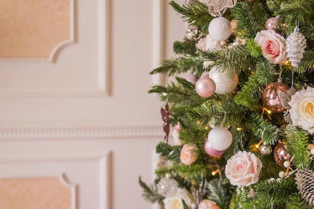 Regali natalizi natalizi con scatole e spago naturale, palline, pigne, noci, giocattoli dell'albero di abete