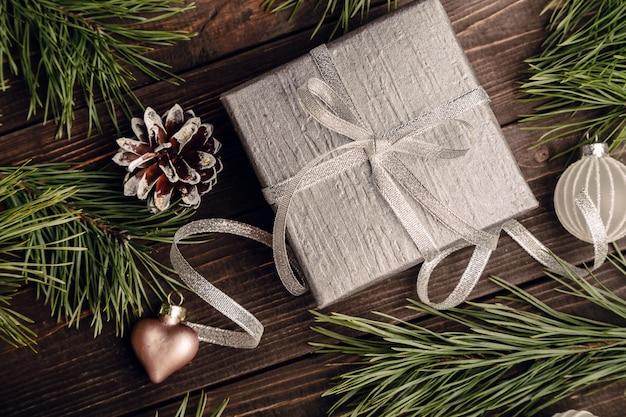 Regalo con fiocco e decorazioni natalizie