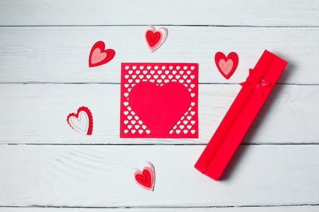 Regalo con nastro rosso e cuori. san valentino.