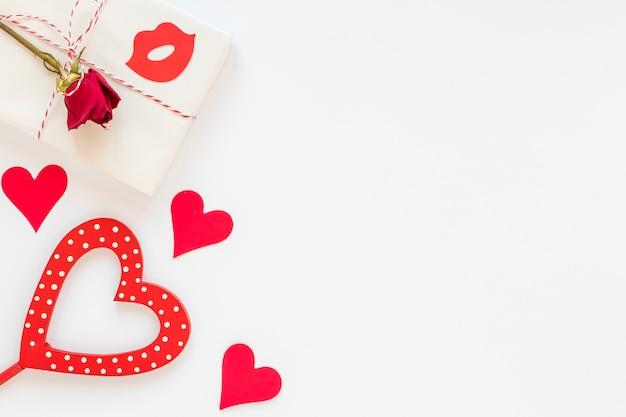 Regalo con rosa per san valentino con spazio di copia