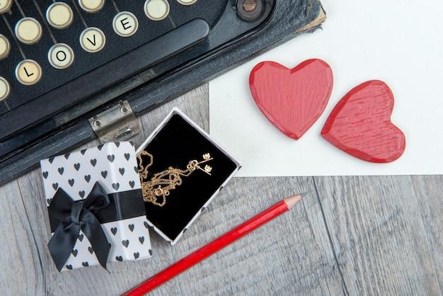 Regalo, cuori e macchina da scrivere per san valentino