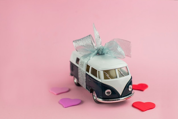 Regalo di autobus auto retrò con fiocco per san valentino con cuori