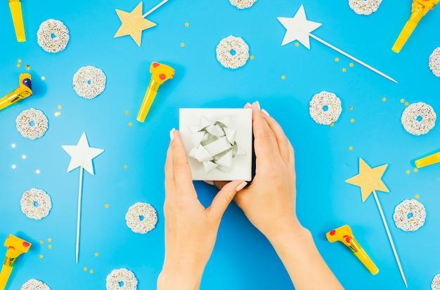 Regalo di compleanno con coriandoli colorati