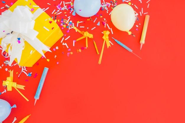 Regalo di compleanno con coriandoli e palloncini