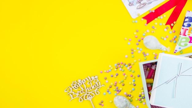 Regalo di compleanno con sfondo di colore