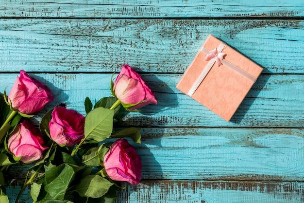 Regalo di compleanno e bouquet di fiori