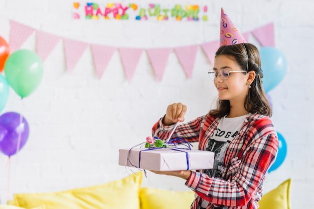 Regalo di compleanno unwrapping della ragazza