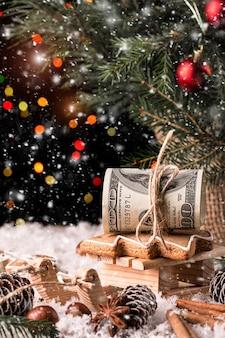 Regalo di natale dei soldi con la slitta di legno