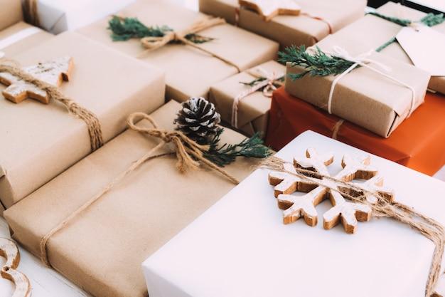 Regalo di natale fatto a mano con etichetta per le festività di natale e capodanno. scatole regalo artigianali rustici. tonalità di colore vintage.
