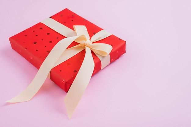 Regalo di san valentino con nastro delicato