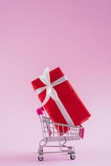 Regalo di san valentino nel carrello della spesa