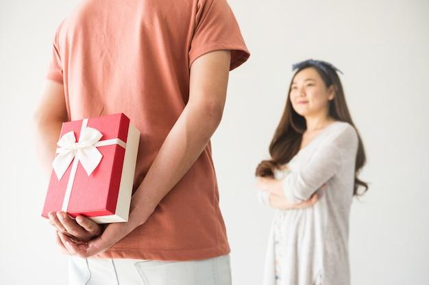 Regalo di san valentino suprise alla ragazza asiatica