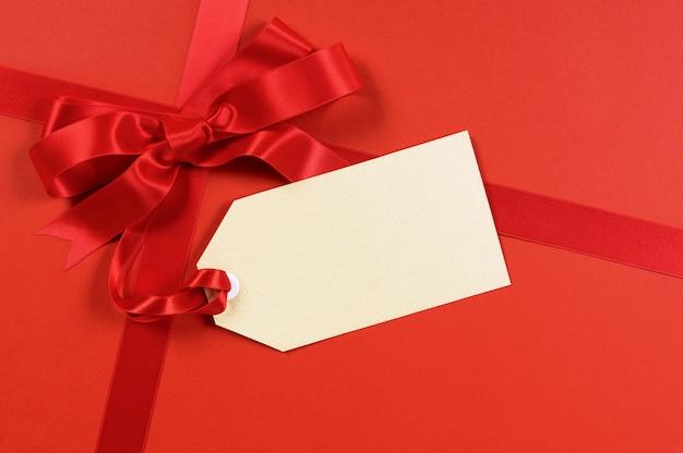 Regalo rosso con etichetta vuota o etichetta.