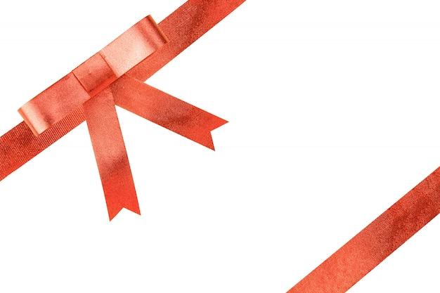 Regalo rosso dell'arco del nastro su priorità bassa bianca