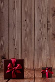 Regalo sul tavolo di legno. foto in vecchio stile di colore