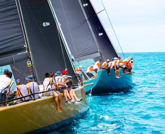 Regata di yacht a vela. yachting. andare in barca