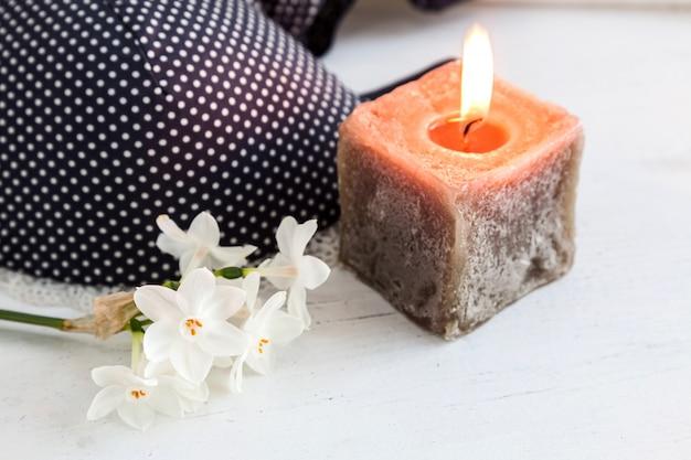 Reggiseno, perizoma e lingerie con fiori bianchi