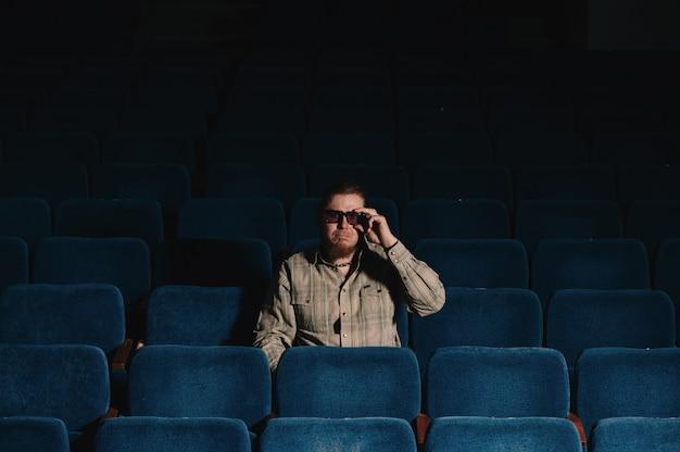 Regista di uno nella sala del teatro buio. ritratto di uomo creativo in chiave di basso.