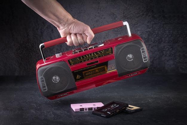 Registratore a cassetta radio vintage su uno sfondo scuro