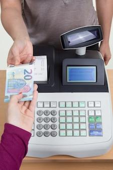 Registratore di cassa, cassiere, moneta. banconota isolata