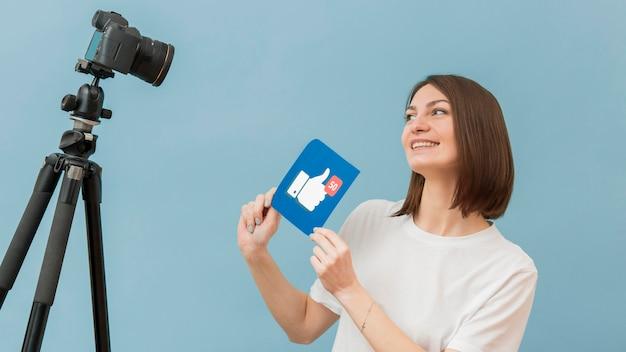 Registrazione della donna per il blog personale a casa