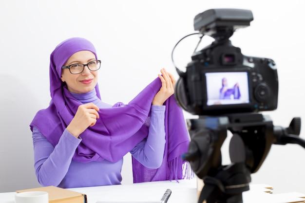 Registrazione video del video donna musulmana. la ragazza nell'hijab conduce il suo vlog per i social network.