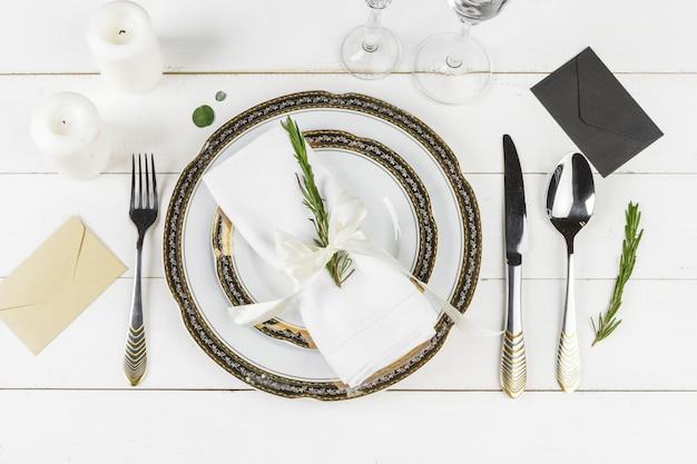 Regolazione d'annata della tavola sulla tavola di legno con la decorazione floreale