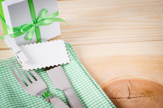 Regolazione del tavolo da pranzo. posate con tag vuoto e presente.
