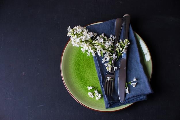 Regolazione della superficie della primavera con il lillà bianco
