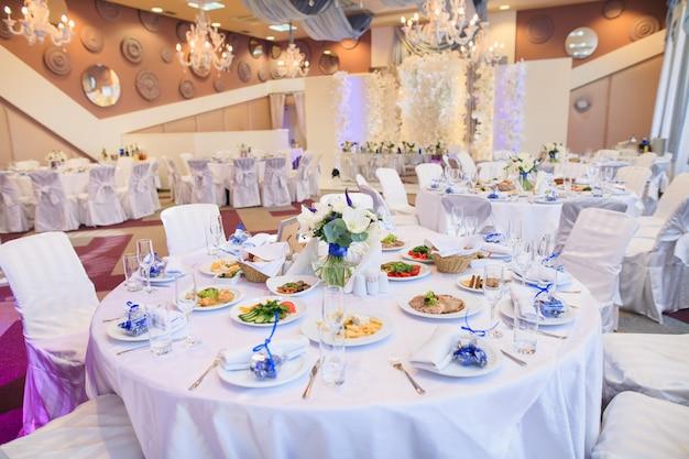 Regolazione della tabella di cerimonia nuziale nel ristorante.