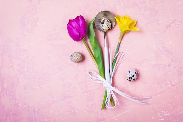 Regolazione della tabella di pasqua di primavera con fiori e uova