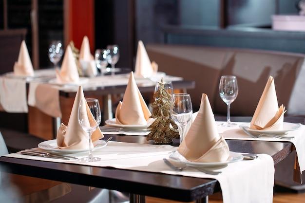 Regolazione della tabella nel ristorante con l'albero di natale