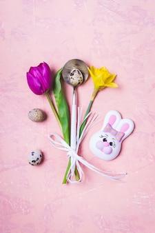Regolazione della tavola di pasqua della primavera con i fiori e le uova