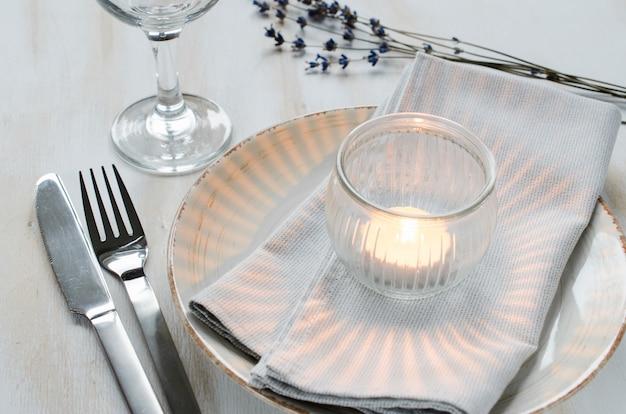 Regolazione festiva della tabella con le candele e la lavanda.