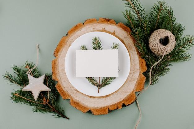 Regolazione festiva della tabella di stile naturale di natale con la scheda vuota