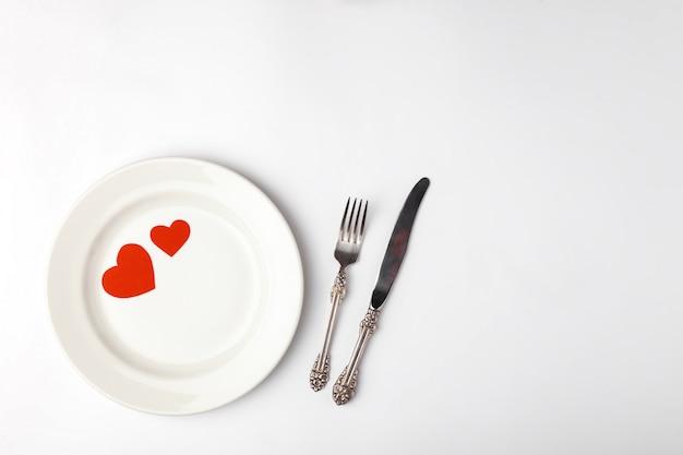 Regolazione festiva romantica della tabella sul bianco