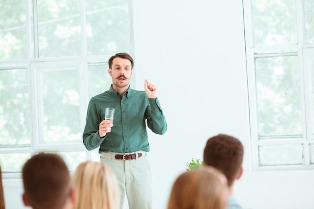 Relatore alla riunione d'affari nella sala conferenze.