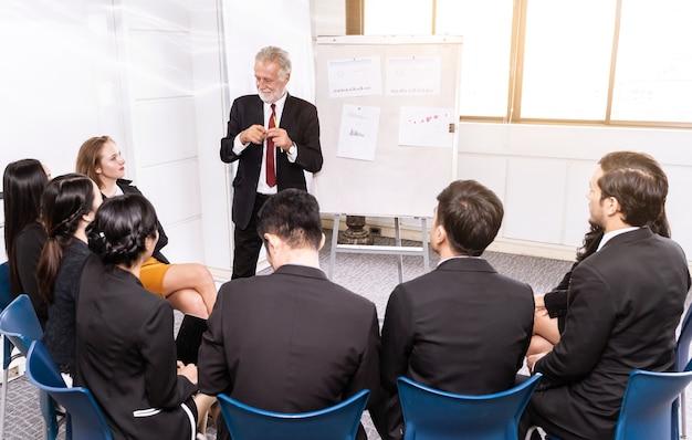Relatore alla riunione d'affari o alla sala conferenze e al pubblico.