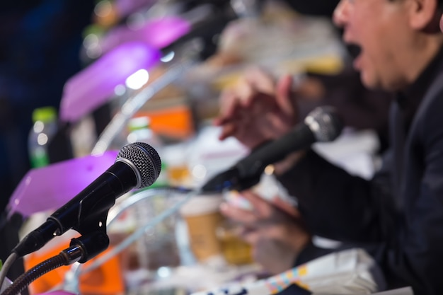 Relatore che tiene un discorso in una sala conferenze o in una sala per seminari aziendali.