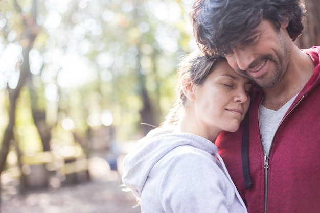 Relaxed donna con la testa sul petto del marito