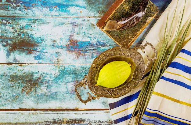 Religione festa ebraica festa sukkot. libro di preghiere etrog, lulav, hadas arava kippah e shofar tallit