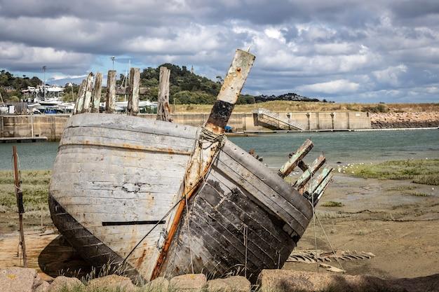 Relitto della nave abbandonata nel porto
