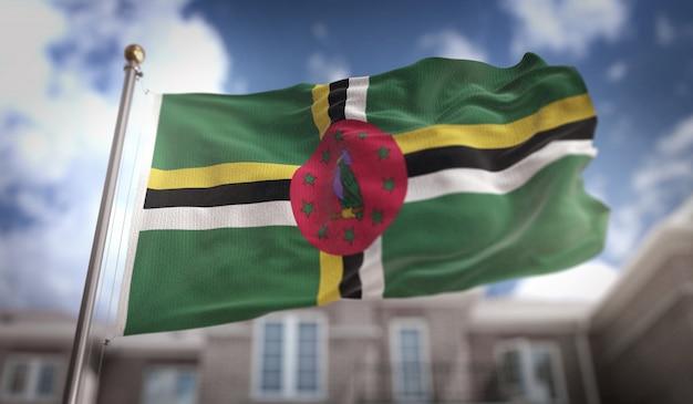 Rendering 3d di bandiera di dominica su sfondo di costruzione del cielo blu