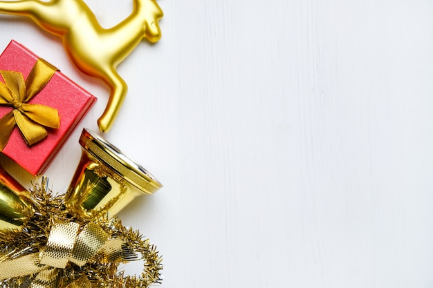 Renne di natale, campane con tinsel e regalo