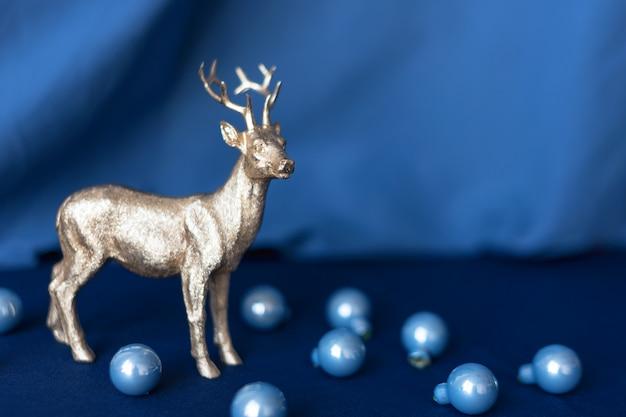 Renne di natale con decorazioni natalizie