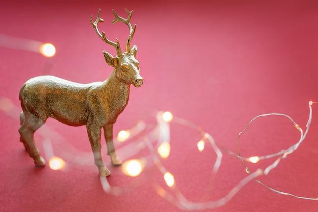 Renne di natale con luci e decorazioni natalizie