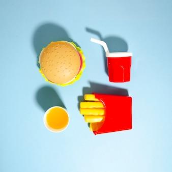 Repliche di fast food su sfondo blu