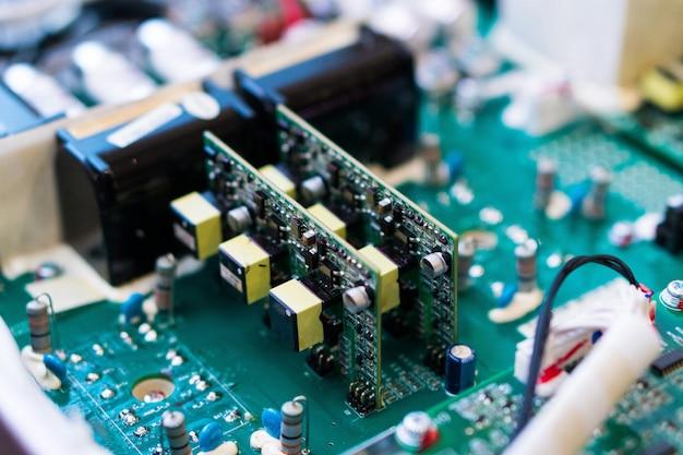 Resistori, condensatori e altri componenti elettronici di micro chip all'interno del computer da vicino